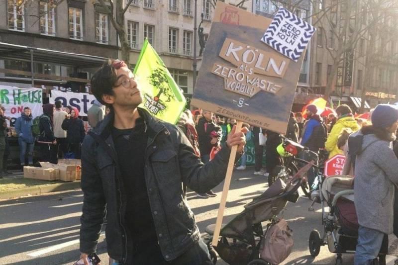 @GutmenschAlex Umweltaktivist hält Plakat an Demonstration für Zero Waste