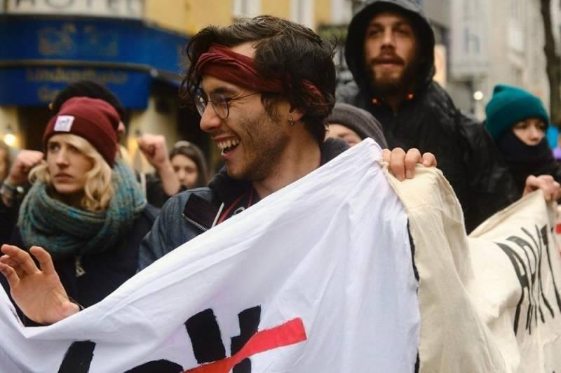 Ein Umweltaktivist hält ein Banner hoch während einer Demonstration