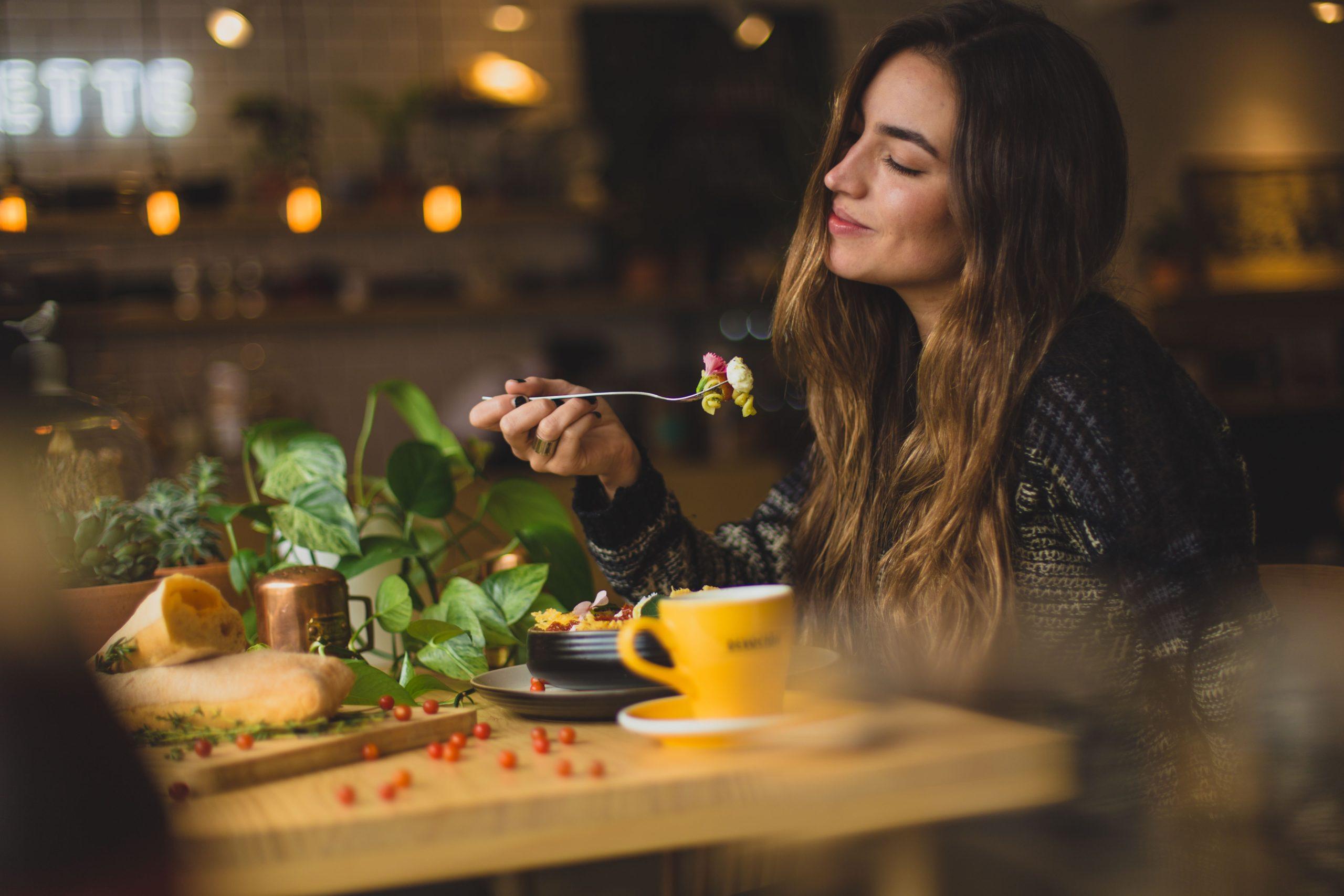 Junge Frau isst vegan