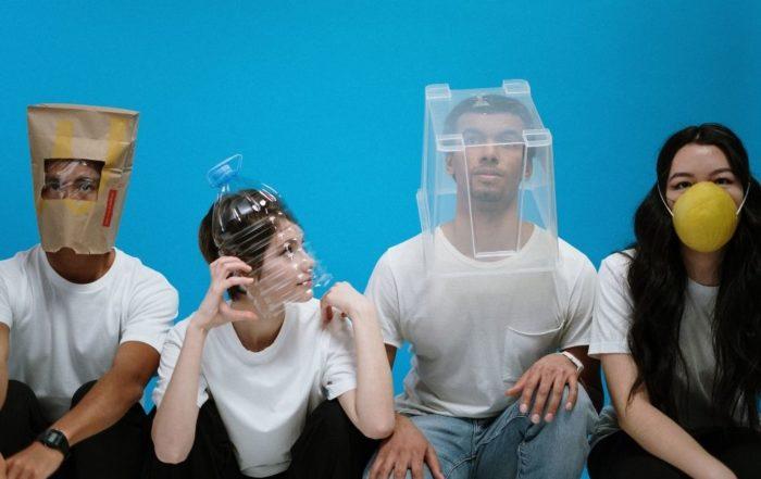 Menschen mit Corona Masken und Müll