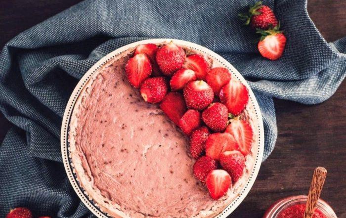 Ein Kuchen aus veganen Zutaten mit Erdbeeren