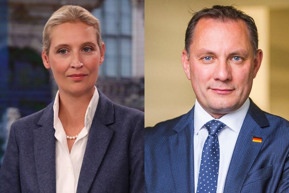 Links ist Alice Weidel in einem blauen Blazer und weißem Hemd zu sehen. Rechts ist Tino Chrupalla in einem blauen Anzug zu sehen. Er lächelt.