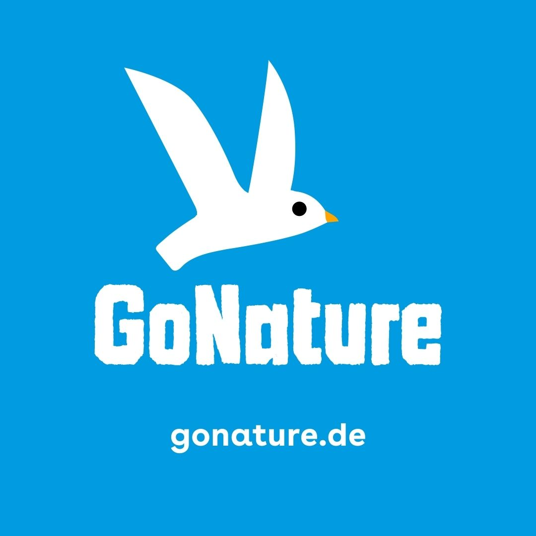 Vor einem blauen Hintergrund ist ein weißer Vogel zu sehen. Darunter steht in weißer Schrift GoNature und Gonature.de.